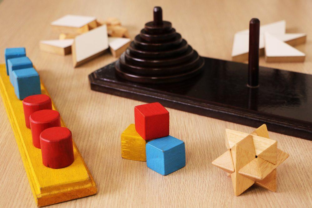 jogos de madeira usados na atividade: tangram, quebra-cabeças tridimensional, torre de Hanói