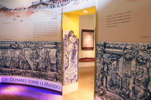 Sala Olhares sobre o mundo com painel de azulejo
