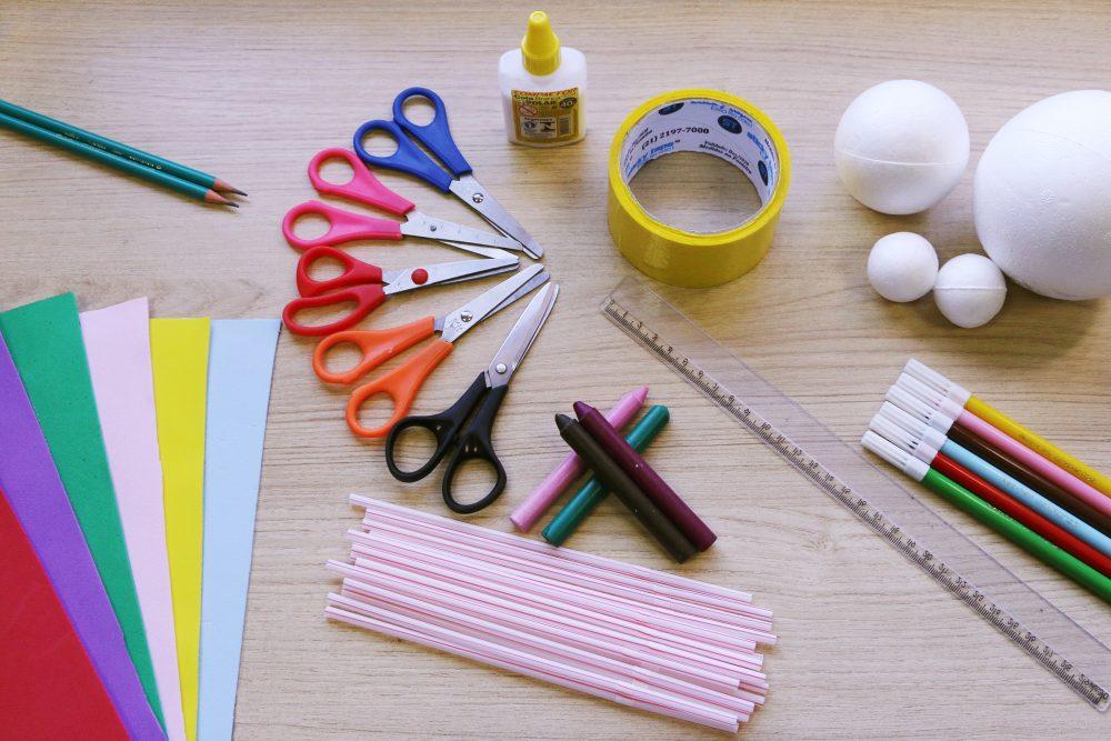 materiais usados na atividade: papéis coloridos, lápis, canudos, tesouras, cola, fita adesiva, bolas de isopor, régua e canetas coloridas