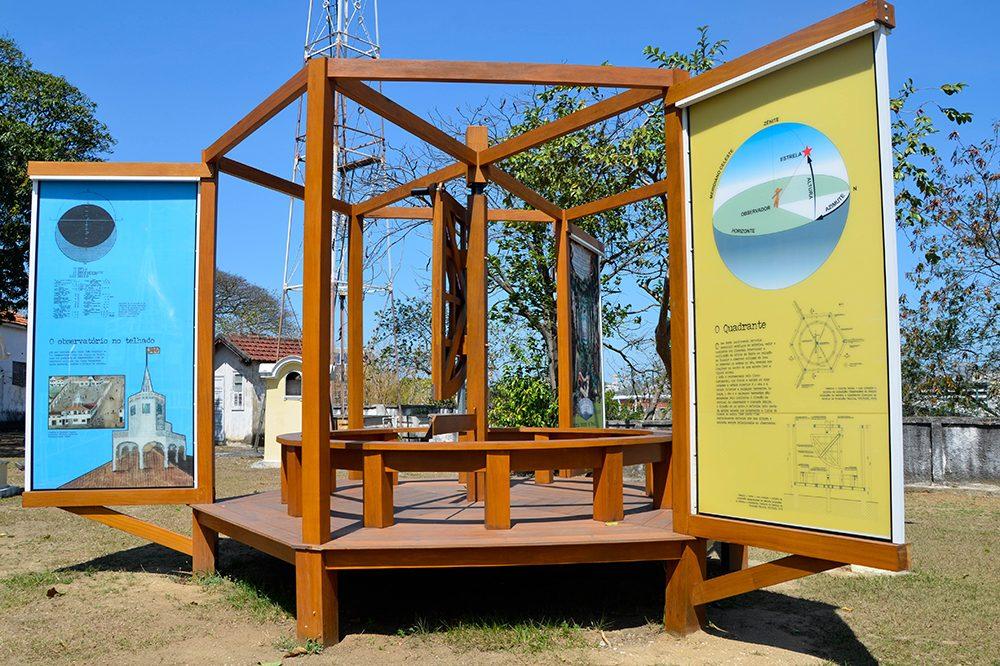 quadrante de madeira instalado na párea externa do campus